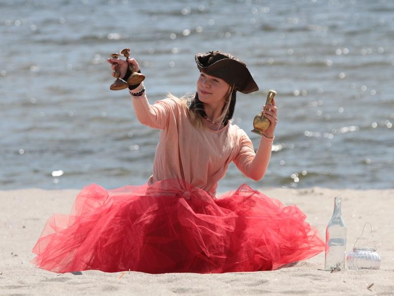 Piratsessan kollar in de nya fina mässingljusstakarna