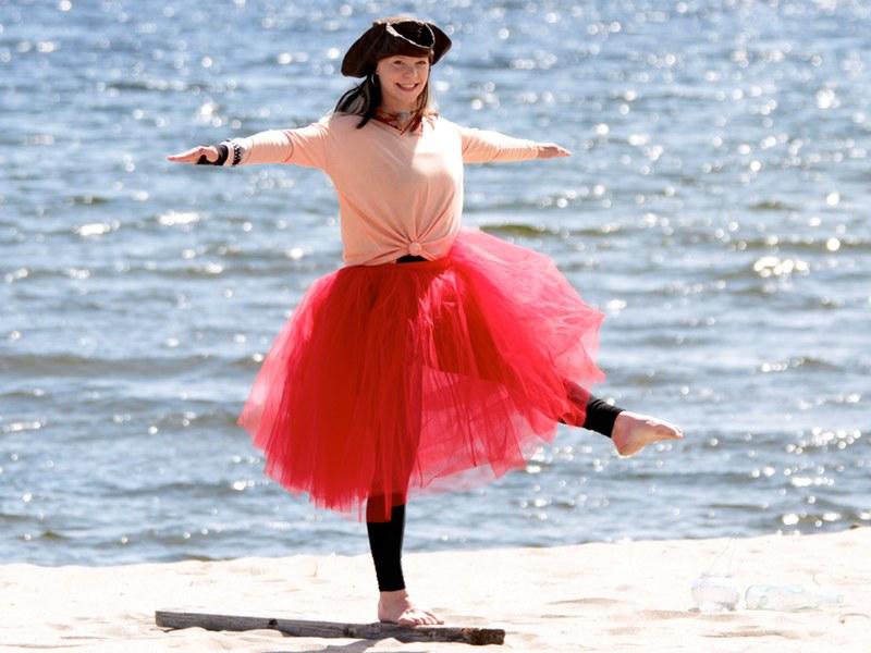 Piratsessan balanserar med ett ben fram