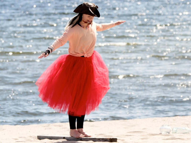 Piratsessan balanserar på plankan