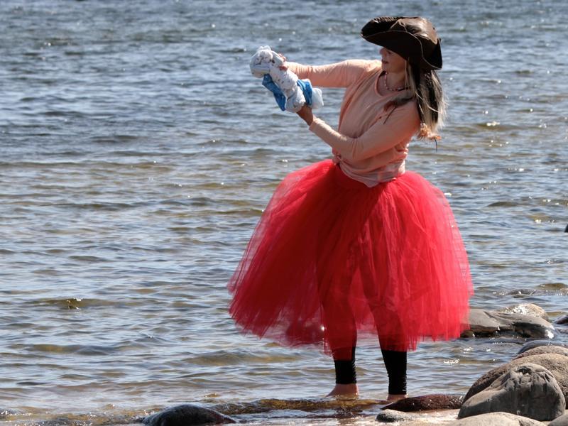 Piratsessan tvättar kläder i världshavet